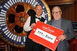 Gewinner Dr. Harald Mähr mit Croupier Johann Schöffmann © Casino Velden