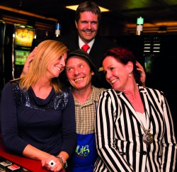 Himmeln, das kann er, der Ultentaler Bergbauer. Im Bild mit Bianca Hilpold vom Casino-Marketing, Guests & Organisation Manager Robert Frießer und Bettina Moncher von Starmaker. Casino Seefeld