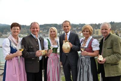 v.l.n.r.: Organisator Robert Köfer, Casinodirektor Mag. Othmar Resch und Organisator Franz Lauritsch mit den Veldner Bäuerinnen