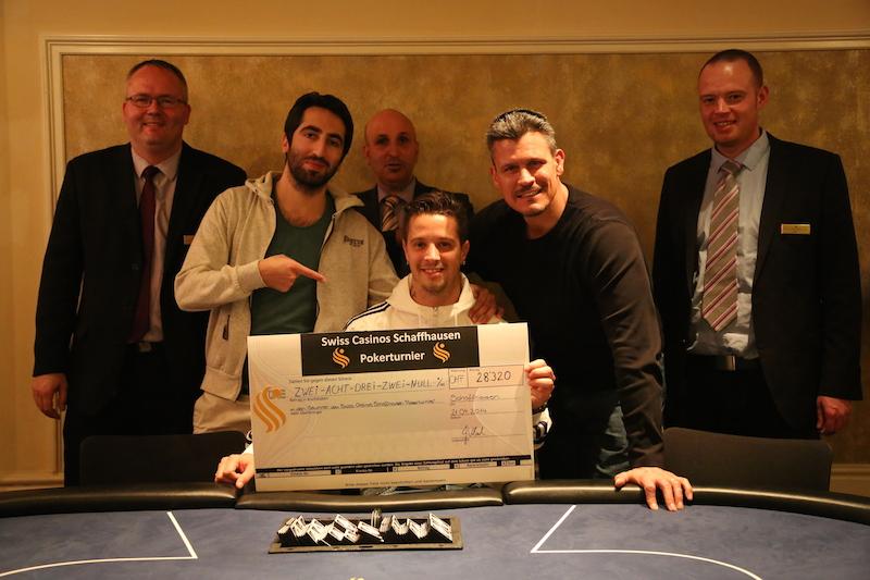 Sieger Swiss Casinos Schaffhausen Oster-Pokerturnier Roberto Bizaj mit dem Gewinncheck.