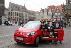 Spielbankdirektor Jürgen Lagodny beglückwünscht Claudia Stelter zu ihrem neuen Auto, ihre Söhne Julian und Calvin freuen sich schon auf die erste Spritztour mit der Mutter. (Foto: Martin Rospek)