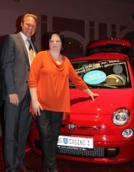 Casinodirektor Wolfgang Haubenwaller mit der glücklichen Gewinnerin