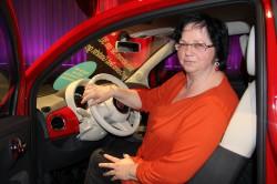Die Gewinnerin in ihrem neuen Auto