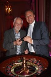 Casinodirektor Wolfgang Haubenwaller (re) mit dem glücklichen Gewinner (li) bei der Schlüsselübergabe.