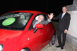 Der Gewinner winkt aus seinem neuen Auto (mit Guest Relation Manager Christian Szentivanyi rechts).
