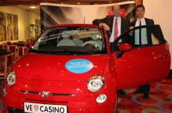 Gewinner Dr. Christian Krenn mit Casino Velden Marketing & Sales Manager Hannes Markowitz und dem neuen Fiat 500. (Foto: Casino Velden)