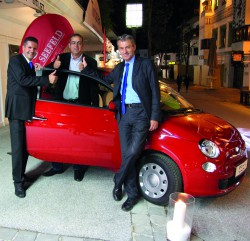 Guests & Organisation Manager Robert Frießer, der neue Fiat 500 Besitzer und Casinodirektor Ernst Hubmann. Foto Casino Seefeld
