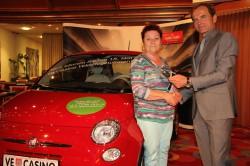 Gewinnerin Anna Stumpfl mit Casinodirektor Mag. Othmar Resch und ihrem neuen Fiat 500. (Foto: Casino Velden)