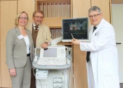 Tanja Warda, Geschäftsführerin am Krankenhaus Lübbecke-Rahden, Paul Gauselmann, Gauselmann Stiftung, und Dr. Johannes Polith, Chefarzt der Klinik für Urologie, (v. l.) sind sich sicher: Das neue Sonographie-Gerät ist eine große Bereicherung für die medizinische Versorgung der Menschen in der Region.