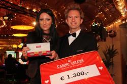 Casino Velden Gewinnerin Claudia Bann mit Croupier René Krassnig