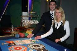 Bringen die Kugel ins Rollen: Verena Hertel und Torben Schnitker, Croupiers in der Spielbank Bad Oeynhausen, erwarten die Gäste bei der American Roulette Night am 10. Mai. Foto: WestSpiel
