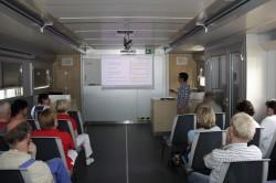 Im Schulungswagen der BG ETEM vermittelt Dozentin Alexandra Lindner individuell auf die einzelnen Arbeitsbereiche zugeschnittene Informationen.