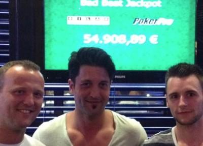 Die Turniersieger Alexander S. (2), Sezgin K. (1) und Dominik K (3) vor dem überfälligen Bad Beat Jackpot