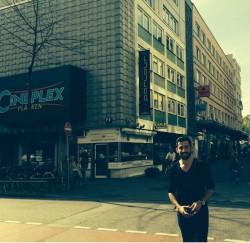 Mete Tuncay vor dem Gebäude in dem sich das Institut Glücksspiel & Abhängigkeit - Fachstelle für Spielerschutz und Migration befindet.