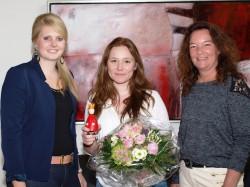 Anna Wieschues und Nadja Beer gratulieren Annamaria Herbrich.