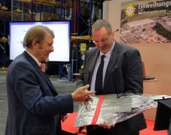 Sven Brüninghoff (r.), Geschäftsführer des gleichnamigen Generalunternehmers, und Paul Gauselmann (l.) bei der symbolischen Schlüsselübergabe.