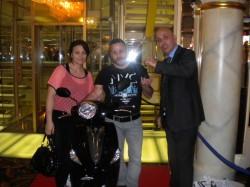 In der Mitte der glückliche Gewinner mit seiner Frau und Ibo Akovali von Swiss Casinos Schaffhausen