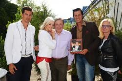 V.l.: Hannes Markowitz (Casino Velden), Cathy Spatzi Schmitz, Ing. Richard Lugner, Chris Kaye (The Illusion of Elvis) und Svenja Gaubatz (Affenberg Landskron). (Foto: Christina Noelle)