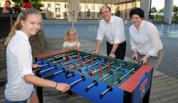 Gratulation zum Sieg und damit zum Hauptpreis: Kim Hülsbusch (links) gewann den Hauptpreis.