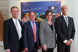 Claudia Bieling leitet die Spielbank Sachsen-Anhalt in Leuna-Günthersdorf. Unterstützt wird sie von Peter Laschkowsky (l.), Reinhard Wehner (2.v.l.). sowie dem Präventionsbeauftrag- ten David Schnabel (r.).
