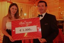 Gewinnerin Elke Guschelbauer mit Croupier Klaus Rappitsch. (Foto: Casino Velden)