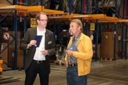 """Auch Unternehmensgründer und Vorstandssprecher Paul Gauselmann (rechts) ließ es sich nicht nehmen, am Tag der offenen Tür einen kleinen Rundgang durch die Werkserweiterung """"Halle 8"""" zu unternehmen – hier mit Philipp Obermark, Leiter Logistik (links)."""