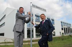 Eckhard Witte, Bürgermeister der Stadt Lübbecke (links), und Paul Gauselmann, Vorstandssprecher der Gauselmann Gruppe, installieren gemeinsam das neue Schild an der Paul-Gauselmann-Straße.