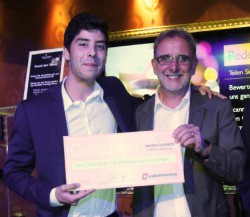 V.l.n.r.: Patrick John (Gewinner), Daniel Vogt (Casinodirektor)