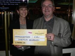 V.l.n.r.: Jlona Vlach (Direktorin Swiss Casinos Schaffhausen) mit Mario Metzger (Knecht Optik Schaffhausen).