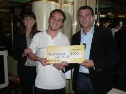V.l.n.r.: Jlona Vlach (Direktorin Swiss Casinos Schaffhausen), Severin Schenk (Spieler EHCS) und Gianni Della Veccia (Trainer EHCS).