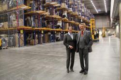 Regierungspräsidentin Marianne Thomann-Stahl ließ sich von Paul Gauselmann durch das neue Logistikzentrum der Gauselmann Gruppe führen.