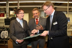 Bei einer Werksführung mit Vorstandssprecher Paul Gauselmann (2.v.l.) und Hans Martin Grube, Geschäftsführer adp Gauselmann GmbH, konnte sich Marianne Thomann-Stahl von der Entwicklungs- und Produktionsstärke der Gauselmann Gruppe überzeugen.