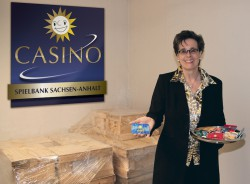Die Chips und Plaques für die neue Merkur Spielbank Sachsen-Anhalt in Leuna-Günthersdorf sind verplombt und werden bis zur Eröffnung an einem externen Ort gelagert. Spielbankdirektorin Claudia Bieling zeigt einige der Spezialanfertigungen.