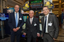 Jörg Langenberg (l.) und Nils Rullkötter (r.) von der Gauselmann Gruppe begrüßten den Präsidenten des DEHOGA Bundesverbandes, Ernst Fischer, an ihrem Stand.