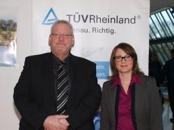 """Ausbildungsbeauftragter Erwin Koschembar und Sabrina Gemicioglu, TÜV Rheinland Akademie GmbH begrüßten die """"Auszubildenden""""."""