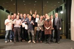 Mario Hoffmeister (1.v.r.), Leiter Zentralbereich Kommunikation der Gauselmann Gruppe, Dr. Cornelia Döhmer (3.v.r.), Landesvertretung Rheinland-Pfalz, und Helmut Schneller (6.v.r.), Director International Sales bei Löwen Entertainment gratulierten den glücklichen Gewinnern des Ministergärten-Cups 2014.