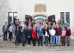 45 Auszubildende der Gauselmann Gruppe nutzten die Gelegenheit, auf Schloss Benkhausen mit Paul (3. Reihe, rechts) und Armin Gauselmann (links) in den Dialog zu treten.