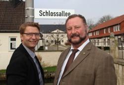 Armin Gauselmann (links), Vorstand der Gauselmann Gruppe, installierte gemeinsam mit Bürgermeister Heinrich Vieker das neue Straßenschild.
