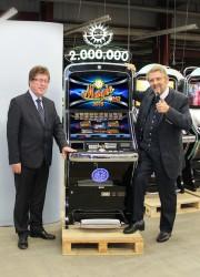 Paul Gauselmann (r.) und Wilfried Berkenbrink (l.) präsentieren stolz das zweimillionste Spielgerät, das unter ihrer Regie vom Band lief.