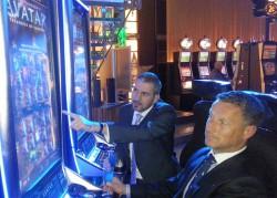 """IGT Regional Sales Manager Thomas Steuer (links) erklärt Stuttgarter Automatenspielleiter Hans Elfert (rechts) das sogenannte """"Merging Feature"""", bei welchem die beiden AVATAR™ 243-Wege-Spiele zu einem 7776-Wege Spiel verschmelzen und attraktivere Gewinne erzielt werden können."""