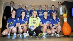 Axel Schmidt (links) und Burkhard Revers (rechts) überreichten die Trikots an die Handballerinnen der DJK Eintracht Coesfeld - VBRS.