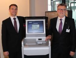 Stolz auf den neuen Münzeinzahler HESS CoinIn 315: Alexander Martin, Vorstand der Gauselmann Gruppe (l.), und Ulrich Bauer, CEO der HESS-Gruppe.