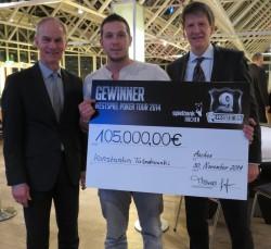 Spielbankdirektor Thomas Salinger (rechts) und WSPT-Projektleiter Jo Mainz  gratulieren dem verdienten Sieger der neunten WestSpiel Poker Tour: Konstantin Tartakowski. (Foto: Pokerfirma)