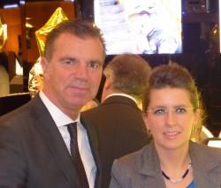 """Spielbankdirektor Jochen Braun gratulierte der überglücklichen Dame, die im Klassischen Spiel den Glückstresor """"knackte"""". (Foto: WestSpiel)"""