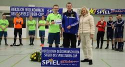 Ursula Schmidt und Turnier-Organisator Reiner Wittenbrink gratulierten dem SV Falke Steinfeld zum Sieg.