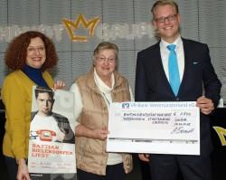 Arne Schmidt überreichte den Scheck an Maria Locher (Mitte) und Brigitte Tingelhoff (links).