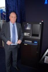 Erik De Kat von HESS Cash Systems mit dem Scorpion 411 in der Merkur Spielbank Sachsen-Anhalt in Leuna-Günthersdorf.