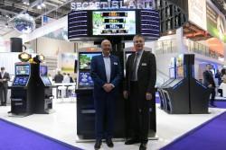 Exportleiter Willem Korteweg und Geschäftsführer Lars Rogge vor dem spanischen Common Game.