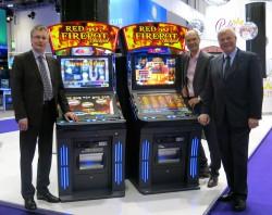 Geschäftsführer Lars Rogge, Thomas Wendt und Wolfram Seiffert mit dem Single Jackpot Red Hot Firepot.