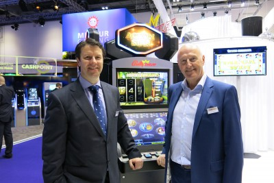 Produkt- und Vertriebsmanager Spanien Darek Borowiec und Exportleiter Willem Korteweg vor dem spanischen Action Star.